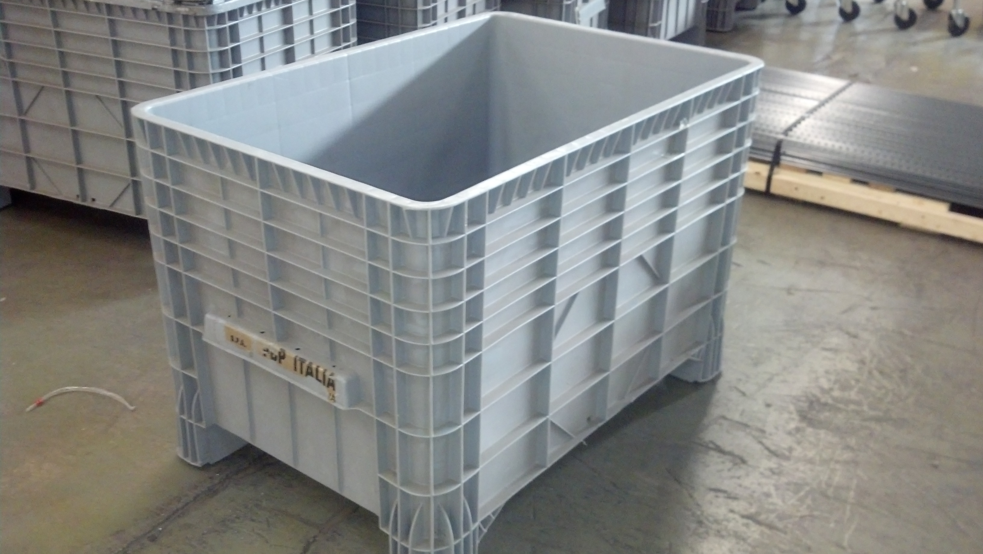 New & Used Bins, Totes, Finger Lid Totes, Wire Baskets, & Material ...
